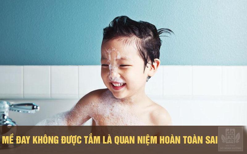 Trẻ bị nổi mẩn đỏ, ngứa ngay vẫn nên tắm hàng ngày để loại bỏ chất thải trên da