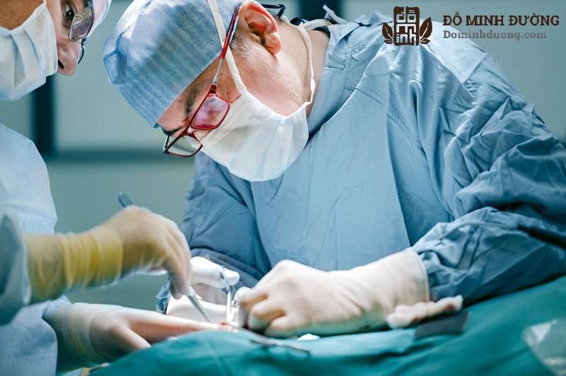 Phẫu thuật là cách điều trị phổ biến đối với nam giới trưởng thành bị tràn dịch màng tinh hoàn