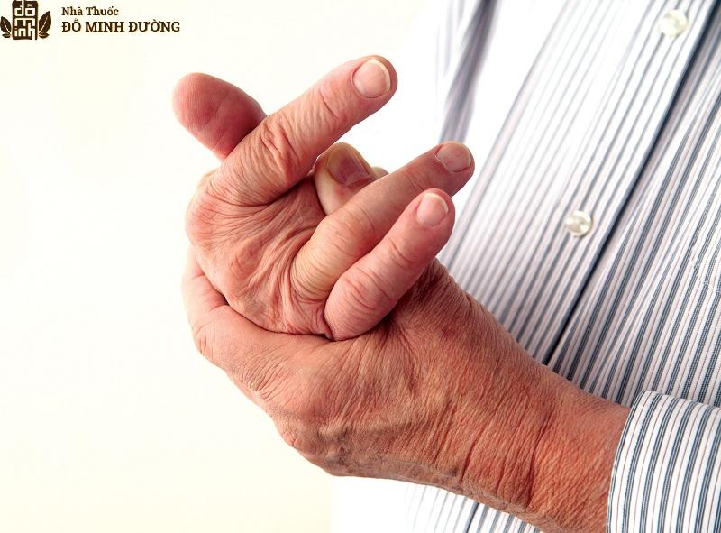 Người già xương khớp yếu dễ tổn thương gây viêm đau