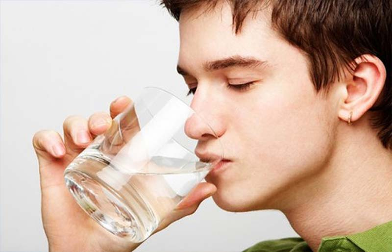 Nước sẽ giúp cơ thể trung hòa và đào thải các men rượu còn tồn đọng trong cơ thể ra ngoài