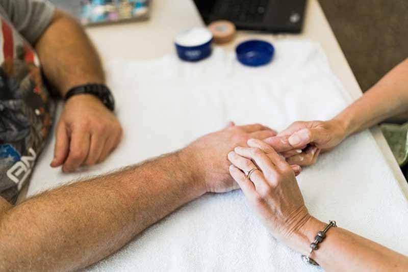 Các bước chẩn đoán lần lượt là khám lâm sàng, thử chức năng vận động và xét nghiệm, chụp chiếu