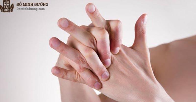 Thoái hóa là nguyên nhân phổ biến gây đau khớp ngón tay út
