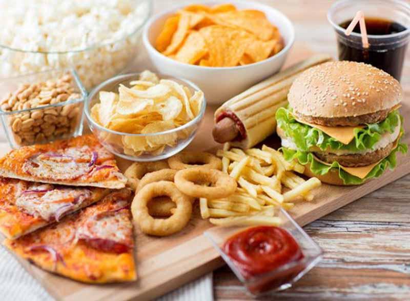 Bị viêm khớp cổ chân không nên thực phẩm ăn nhanh, nhiều dầu mỡ, đồ cay nóng...