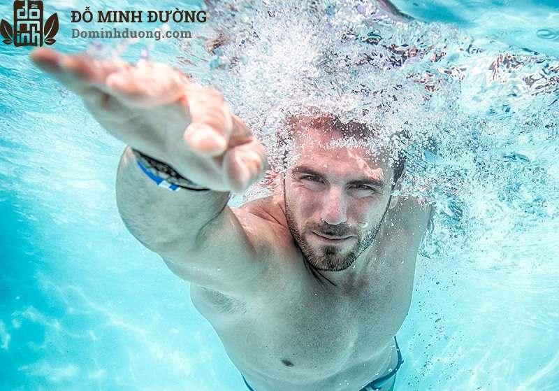 Bơi lội giúp điều trị rối loạn cương dương không cần thuốc hiệu quả
