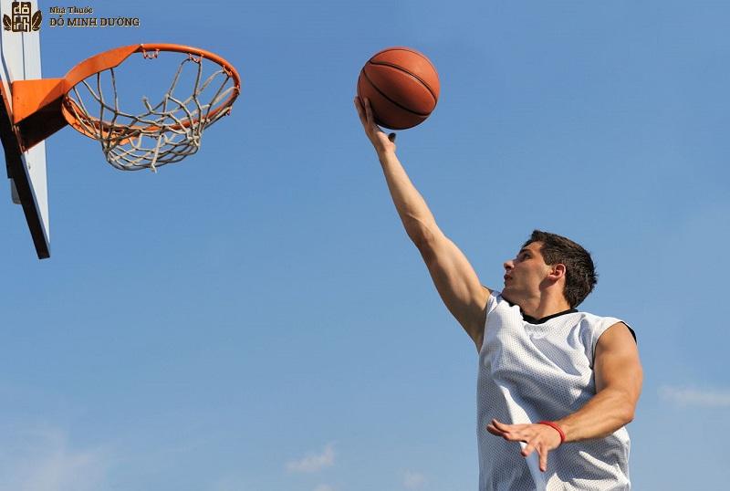 Chơi thể thao cũng là nguyên nhân gây bệnh trong nhiều trường hợp