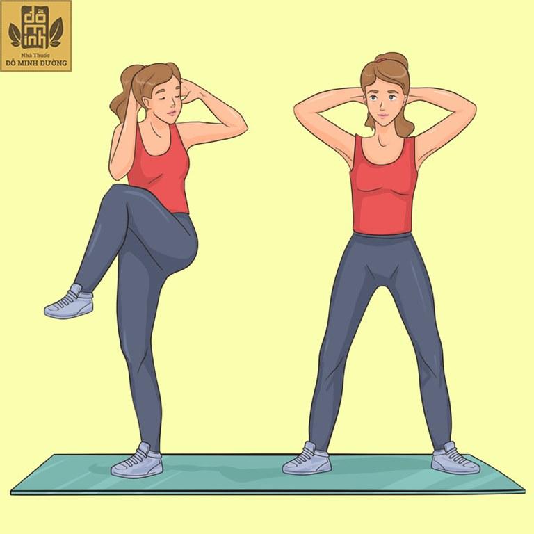 Đứng gập bụng chéo, tập trung vào cơ bụng, cơ liên sườn và nhóm cơ gập hông