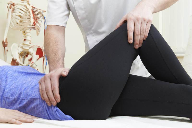 Đau khớp háng bên phải sẽ khiến người bệnh khó chịu và gặp nhiều khó khăn khi đi lại