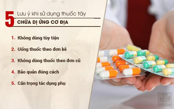 Điều trị bằng thuốc tây y cần tuân thủ nghiêm ngặt đơn kê của bác sĩ