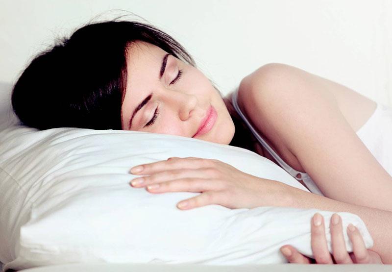Buổi tối khi đi ngủ nên kê cao đầu