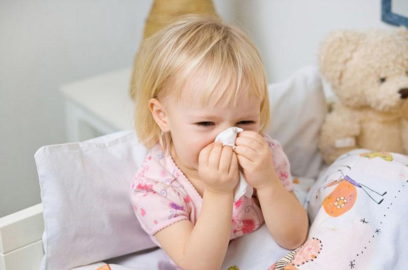 Cha mẹ khi bị viêm xoang cần chủ động thực hiện các biện pháp phòng tránh cho con