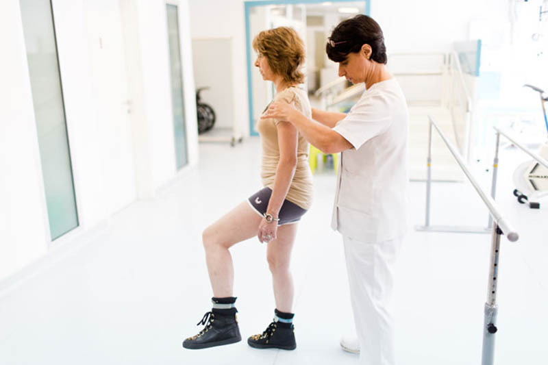 Tập vật lý trị liệu chữa đau khớp háng sau sinh