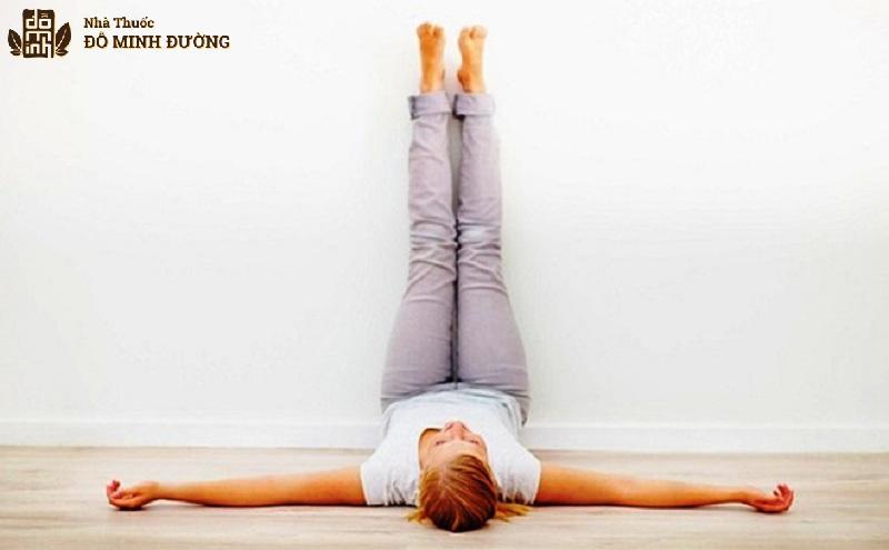 Bài tập yoga tư thế gác chân lên tường giúp khớp gỗi được thư giãn