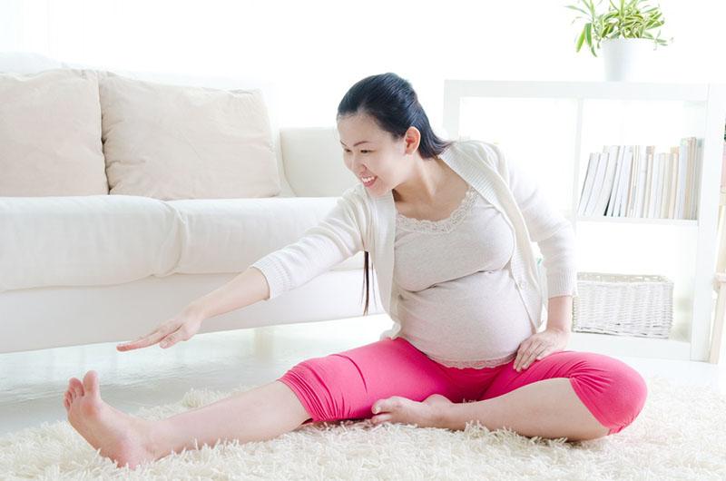 Tập yoga sẽ giúp mẹ bầu thư giãn cho hông, xương chậu, giảm đau khớp háng khi mang thai