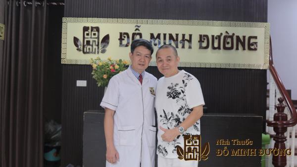 Nghệ sĩ Xuân Hinh chụp ảnh cùng Lương y Đỗ Minh Tuấn