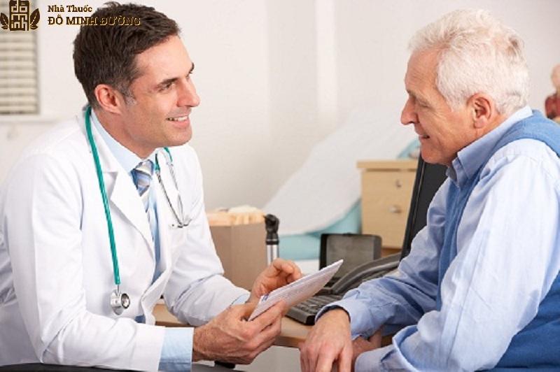 Người bị viêm đa khớp nên thăm khám sớm để điều trị kịp thời