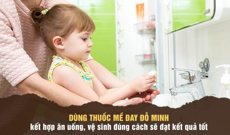 Nên cho con uống thuốc đều và vệ sinh sạch sẽ để tránh viêm nhiễm khi trẻ gãi