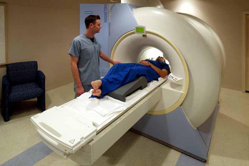 Chụp cộng hưởng từ MRI sẽ thu được hình ảnh chi tiết các xương khớp và phần mềm quanh vùng vai gáy