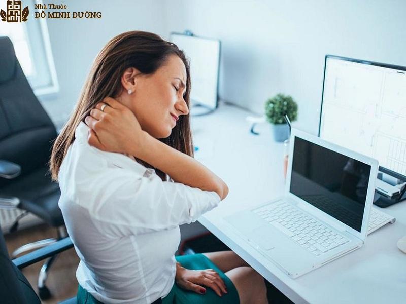 Những người làm việc văn phòng thường đau vai