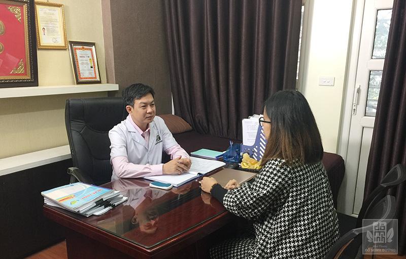 Lương y Đỗ Minh Tuấn thăm khám và giải thích cặn kẽ nguyên nhân gây bệnh mề đay mẩn ngứa cho bệnh nhân