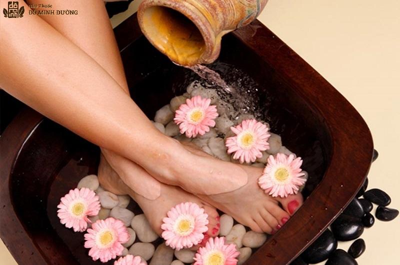 Ngâm chân chữa phong tê thấp