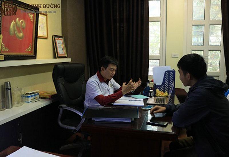 Trực tiếp thăm khám cho bệnh nhân là lương y Đỗ Minh Tuấn - Giám đốc chuyên môn nhà thuốc Nam Đỗ Minh Đường