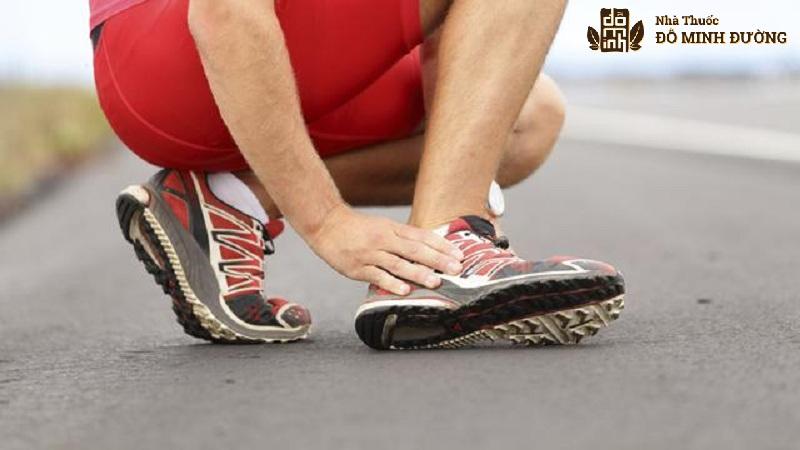 Vận động quá mức gây tổn thương khớp cổ chân rất dễ dẫn tới bị thoái hóa