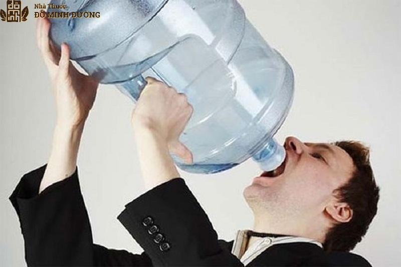 Nam giới bị đi tiểu nhiều do thói quen uống nhiều nước