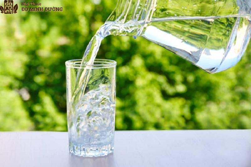 Người bệnh nên bổ sung đủ 2l nước mỗi ngày đển tốt cho sức khỏe