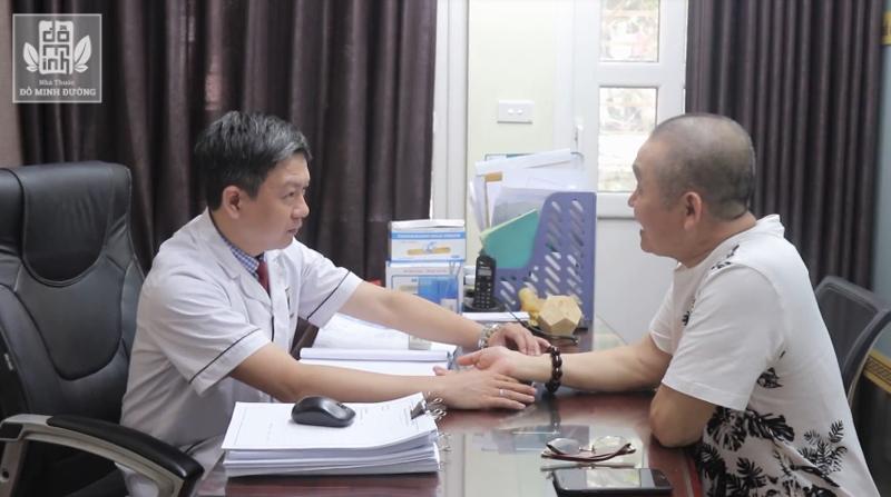 BS, lương y Tuấn thăm bệnh cho nghệ sĩ Xuân Hinh tại nhà thuốc Đỗ Minh Đường