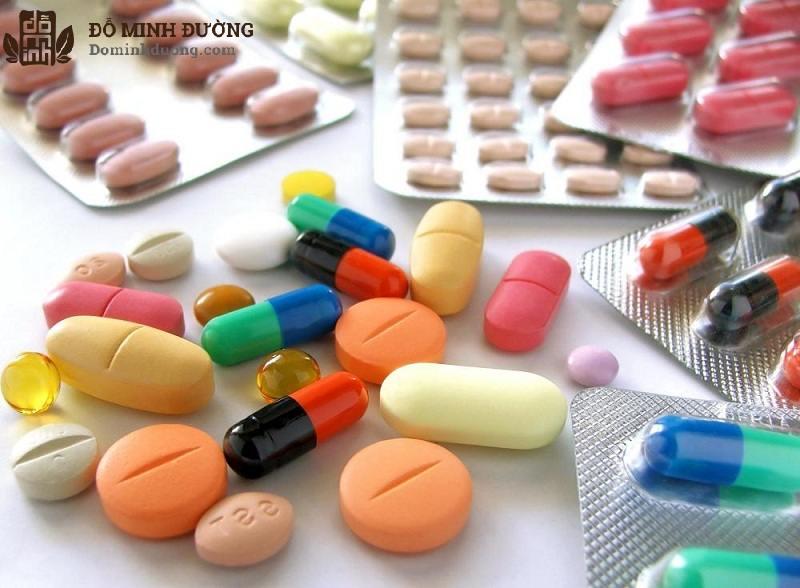 Bệnh nhân bị giãn tĩnh mạch tinh hoàn nhẹ có thể điều trị bằng thuốc thu nhỏ tĩnh mạch, kháng viêm, giảm đau