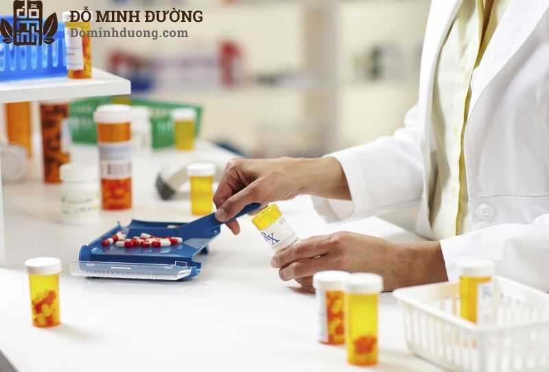 Nam giới có thể được điều trị viêm đau tinh hoàn bằng thuốc kháng sinh, kháng viêm và giảm đau
