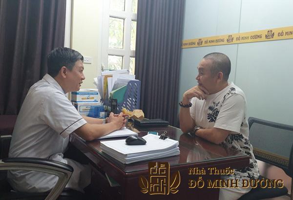 Lương y Đỗ Minh Tuấn đang tư vấn cho nghệ sĩ Xuân Hinh