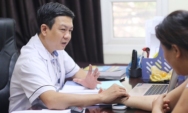 Lương y Đỗ Minh Tuấn luôn ân cần thăm khám cho người bệnh
