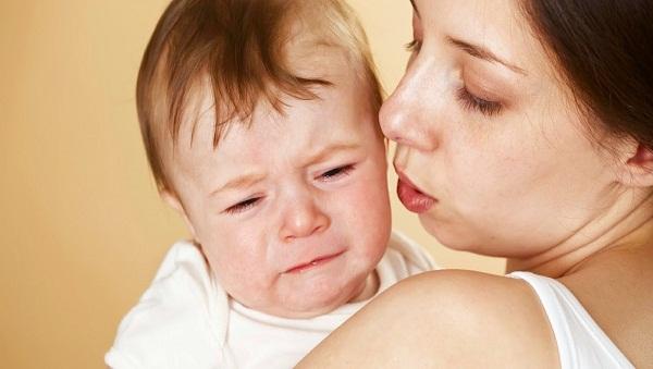 Trẻ bị nổi mề đay thường ngứa ngáy, khó chịu và hay quấy khóc