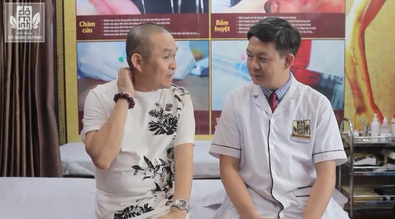 Nghệ sĩ Xuân Hinh trao đổi triệu chứng bệnh với bác sĩ điều trị