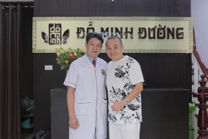Nghệ sĩ Xuân Hinh và BS, lương y Tuấn chụp hình kỷ niệm tại nhà thuốc Đỗ Minh Đường