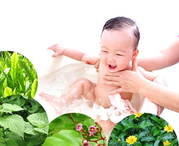 Tắm lá dân gian có thể giúp trẻ giảm viêm ngứa hiệu quả