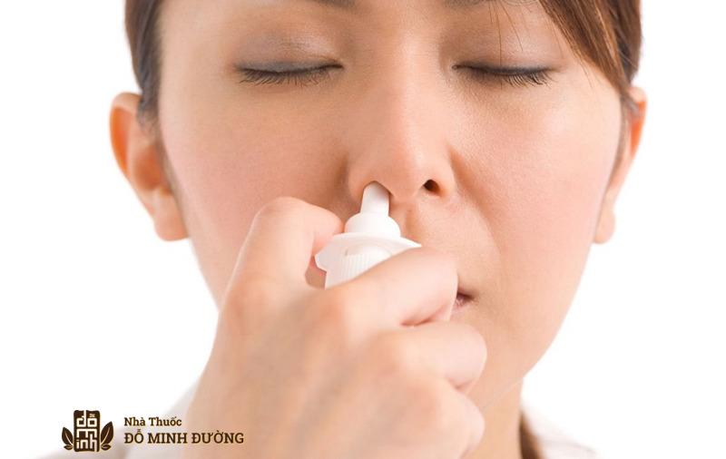 Dùng thuốc xịt là một trong những cách điều trị viêm xoang mãn tính