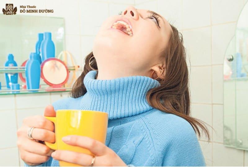 Súc miệng nước muối là mẹo trị viêm họng