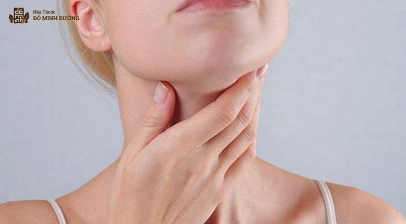 Viêm amidan cấp khiến người bệnh đau họng, ho, hơi thở có mùi,...