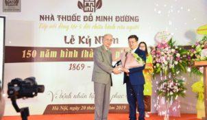 Ông Nguyễn Đức Đoàn thay mặt Hội Nam y Việt gửi tặng bó mừng lễ kỷ niệm 150 năm hình thành và phát triển của nhà thuốc Đỗ Minh Đường