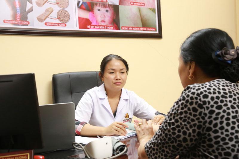 Với thái độ thân thiện, niềm nở, thầy thuốc Trinh được nhiều bệnh nhân yêu mến