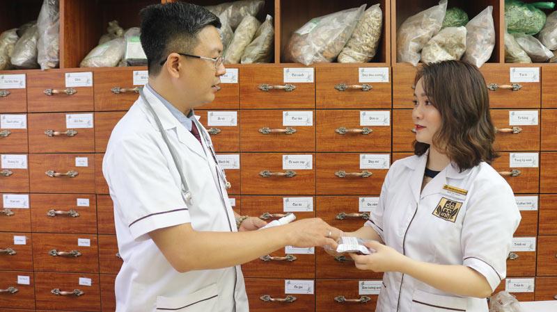 Bài thuốc sinh lý nữ Đỗ Minh Đường là công sức nghiên cứu, tìm tòi của Lương ý Đỗ Minh Tuấn - Giám đốc nhà thuốc cùng người cộng sự Bác sĩ Ngô Thị Hằng - Phụ trách chuyên môn khám, chữa bệnh phụ khoa tại nhà thuốc