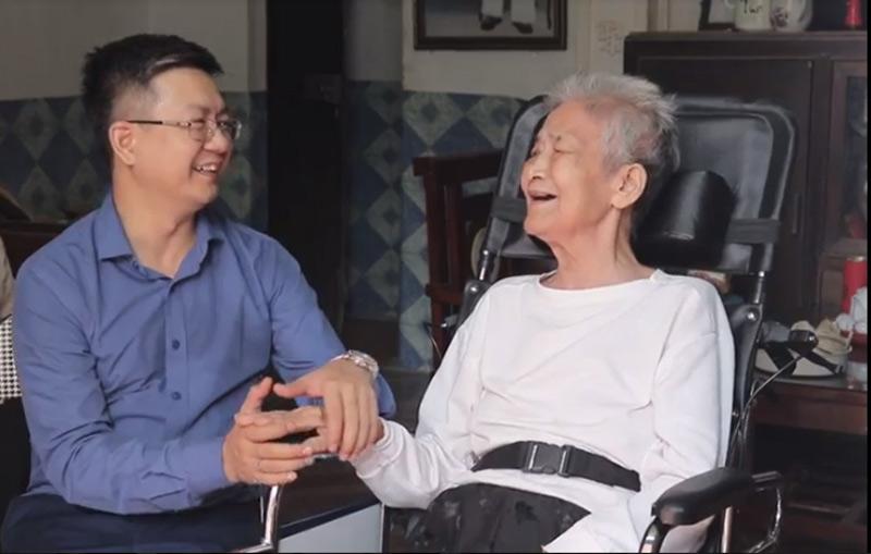 Nữ lương y Đỗ Thị Hiển trò chuyện cùng cháu trai của mình - lương y Đỗ Minh Tuấn