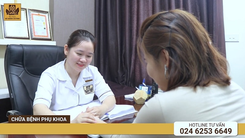 Bác sĩ Hằng thăm khám, chẩn bệnh cho chị Phương Mai