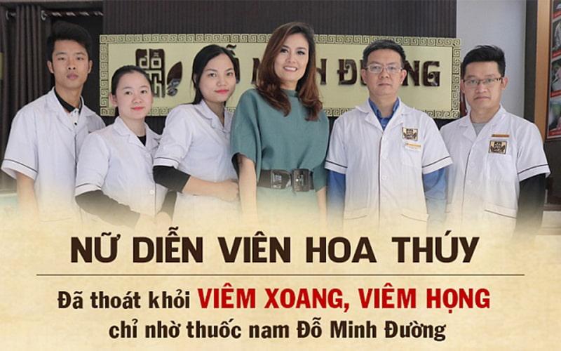 Diễn viên Hoa Thúy chụp hình cùng lương y tại Đỗ Minh Đường