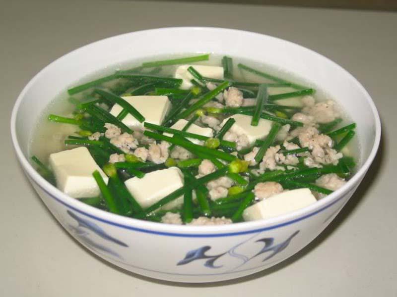 Canh lá hẹ là một món ăn bổ dưỡng, đặc biệt là đối với người bị bệnh mề đay