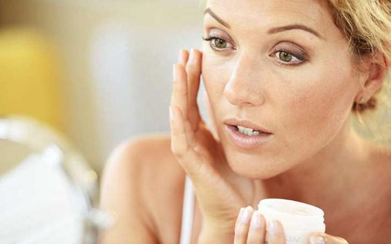 Mỹ phẩm và các sản phẩm chăm sóc da không thích hợp có thể khiến da mặt khô nổi mẩn đỏ