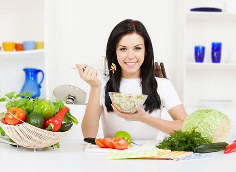 Phụ nữ yếu sinh lý nên ăn nhiều rau xanh, hoa quả tươi và tránh dùng các chất kích thích