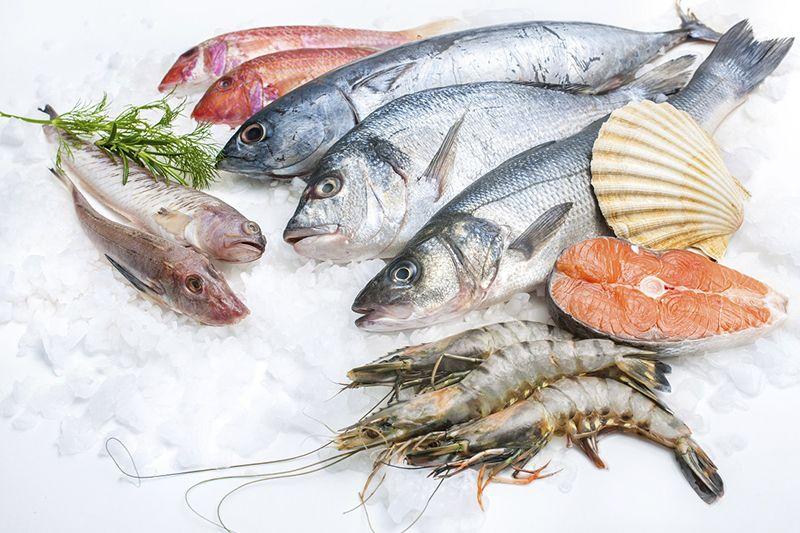 Các loại thực phẩm giàu protein như cá, tôm, cua, trứng, sữa… có thể gây ra tình trạng nổi mề đay ở lưng cho một số người